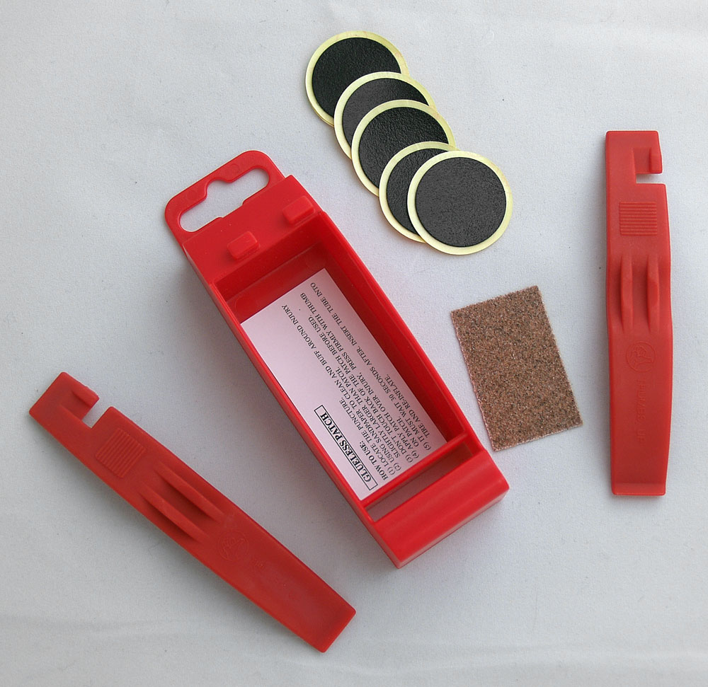 GLUELESS BICYCLE TYRE PUNCTURE REPAIR KIT WITH NYLON TYRE LEVERS IN CARRY CASE